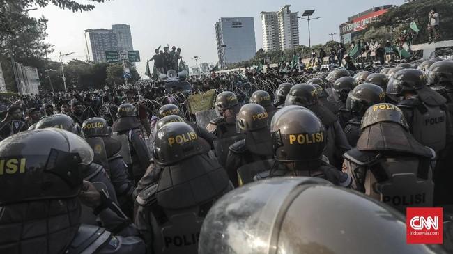 Sejumlah massa yang tergabung dalam Himpunan Mahasiswa Islam (HMI) menggelar aksi unjuk rasa di sekitar kawasan Gedung DPR dan MPR, Jakarta, Jumat (27/9). (CNN Indonesia/Bisma Septalisma).