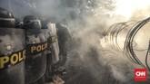 Polisi memasang barikade dan mengadang massa yang hendak menuju DPR. Massa menyebut polisi sebagai penjahat demokrasi karena menghalangi aksi. (CNN Indonesia/Bisma Septalisma).