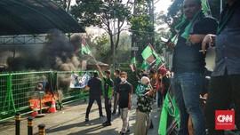 Usai Bakar Ban Depan KLHK, Massa HMI Lanjut ke Gedung DPR
