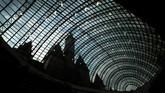 Kubah kaca yang menyelimuti taman jiburan sebesar 8.500 meter persegi dan setinggi 35 meter. (AFP/Yuri Kadobnov)