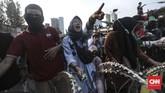 Massa kemudian meneriakkan yel-yel, mendesak polisi untuk membuka barikade dan memberi mereka jalan ke DPR.(CNN Indonesia/Bisma Septalisma)
