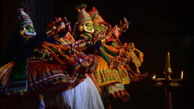 Menurut tradisi, ada 101 cerita Kathakali klasik, namun sampai saat ini, hanya sepertiga yang pernah dipentaskan. Kathakali dipengaruhi oleh ritual doa Hindu, dan beberapa di antaranya diperkirakan berusia 2 ribu tahun. (Arun SANKAR / AFP)