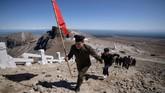 Korea Utara punya tanah suci, Gunung Paektu. Tempatinimerupakan tempat kelahiran dari para pemimpin Korut.Setiap tahun, ratusan ribupelajar Korut mesti melakukan kunjungan ke gunung ini selama empat minggu, berziarah dan melakukan kerja sukarela. (Ed JONES / AFP)