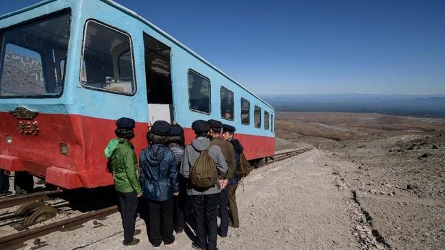 Untuk berkunjung ke Kemah Rahasia dan puncak gunung Paektu, para pengunjung biasanya menaiki kereta api yang digerakkan oleh kabel (Ed JONES / AFP)
