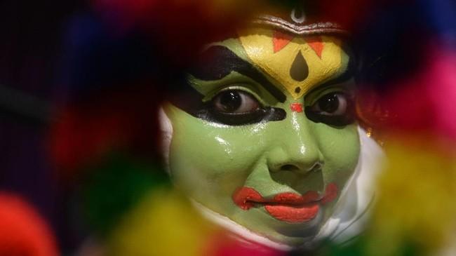 Para karakter dibedakan melalui dandanan wajah dan kostum, juga gestur tubuh yang mencerminkan seni bela diri kuno yang lazim dikenal di Kerala dan sekitarnya. (Arun SANKAR / AFP)