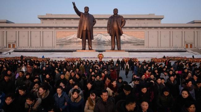 Kini patung dari dua pemimpin Korea sebelumnya, Kim Il Sung dan Kim Jong Il berdiri di Pyongyang, Korut, dengan latar Gunung Paektu.(Ed JONES / AFP)