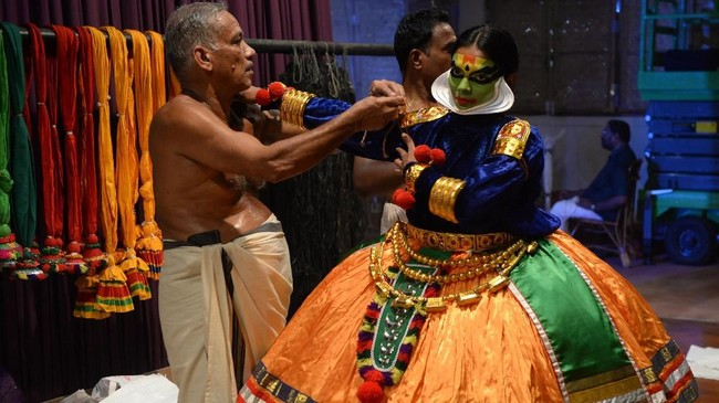 Kathakali adalah pementasan drama dalam bentuk tarian, salah satu seni klasik India. Ia dikenal sebagai kesenian yang berasal dari Kerala, India Selatan. (Arun SANKAR / AFP)