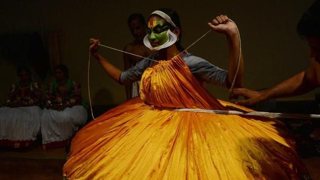 Secara tradisional, Kathakali dilakukan oleh para penari pria. Tarian ini jadi berbeda karena dikembangkan di teater-teater Hindu, tidak di kuil dan sekolah biara seperti kesenian lain pada umumnya. (Arun SANKAR / AFP)