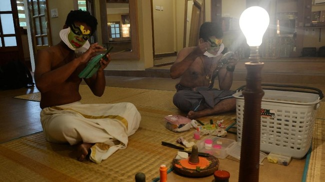 Para penari Kathakali tengah mempersiapkan diri untuk tampil di festival budaya di Kalakshetra Art Village, Chennai. (Photo by Arun SANKAR / AFP)