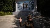 Tempat ini disebut Kemah Rahasia karena Kim Il Sung tak berhasil ditemukan kolonial Jepang ketika ia bersembunyi selama 9 tahun di tempat tersebut. Saat ini, kabin itu dihiasi mural Kim Il Sung tengah memegang anaknya Kim Jong Ilbersama istrinya Kim Jong Suk (Ed JONES / AFP)