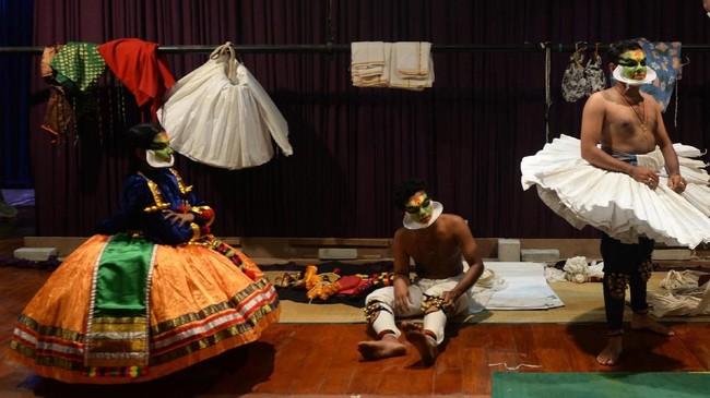 Kisah Kathakali disampaikan melalui gerak kaki, tangan dan ekspresi wajah sedemikian rupa, dengan dilengkapi musik dan nyanyian. (Arun SANKAR / AFP)