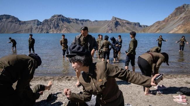 Kelahiran Kim Jong Il di gunung yang samamemperkuatkonsep ia itu merupakan keturunan Paektu. Konsep ini dilanjutkan kepada putranya sekaligus penggantinya, Kim Jong Un (Ed JONES / AFP).