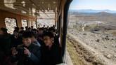 Gunung ini ramai dikunjungi warga Korut setiap tahun sebagai perjalanan spiritual karena mereka telah terlatih sedari kecil untuk menghormati pemimpin negara (Ed JONES / AFP)