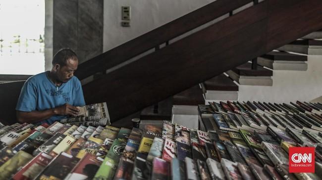 Sutrisno, 50 tahun, setiap pagi bergegas ke Gedung Dewan Perwakilan Rakyat untuk membuka lapak dagangannya. Setiap pukul tujuh ia sudah mulai menjajakan buku-buku miliknya di sana. (CNN Indonesia/Bisma Septalisma)