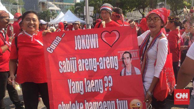 Respon Aksi Kecam Pemerintah, Pendukung Jokowi Bagikan Bunga