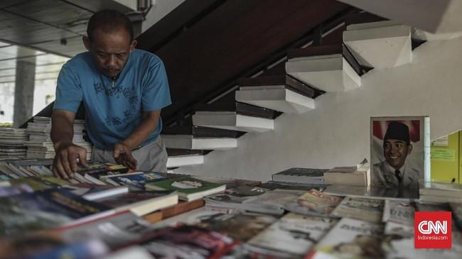 Lapak buku dan majalah ini merupakan warisan ayah Sutrisno yang didirikan di tahun 1970-an di Lapangan Banteng. Pada 1980-an lapak yang dinamai Agen Koran Sukasdi ini mendarat di Senayan. (CNN Indonesia/Bisma Septalisma)