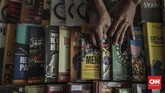 Buku-buku yang dijual di lapak Sutrisno tergolong beragam dari mulai buku politik, ekonomi, sejarah, hingga undang-undang. (CNN Indonesia/Bisma Septalisma)