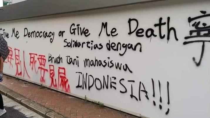 Di Demo Hong Kong, ada Coretan Solidaritas untuk Indonesia