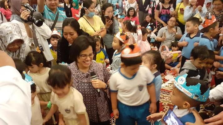 Menteri Keuangan Sri Mulyani asyik mendongeng di hadapan puluhan bocah