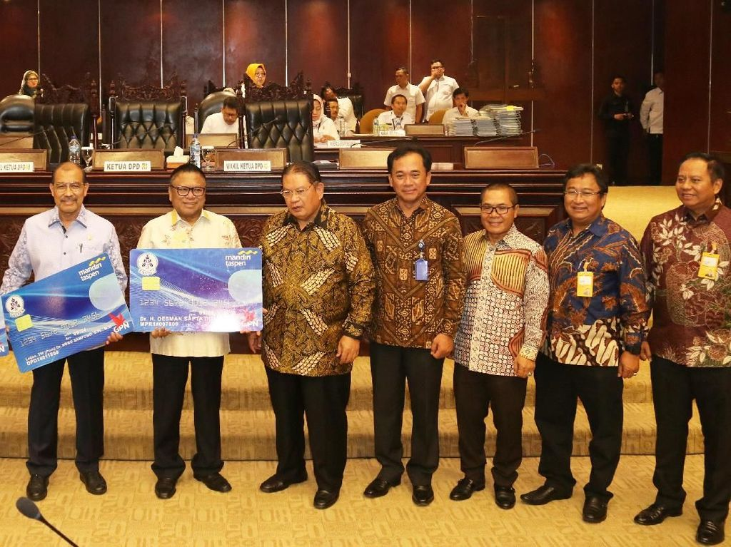 Mantan Ketua DPD RI Oesman Sapta Odang (kedua dari kiri) secara simbolis menerima Taspen Smart Card dari Direktur Utama Taspen Iqbal Latanro (ketiga dari kiri) dan Direktur Utama Bank Mantap Josephus K. Triprakoso (kedua dari kanan).