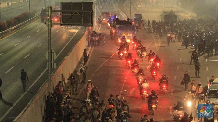 Penampakan Saat Polisi Pukul Mundur Massa hingga ke Semanggi