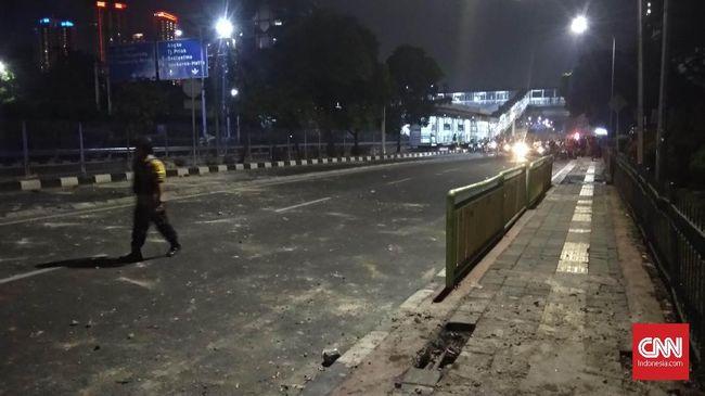 Brimob Kepung Massa Aksi di Slipi