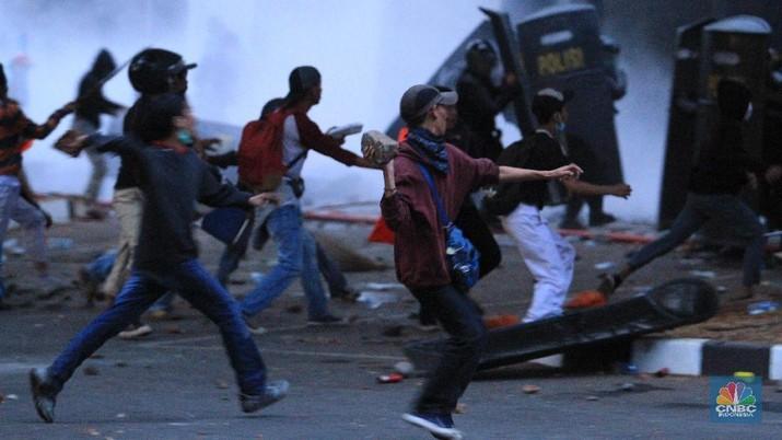 Demo Pecah Massa di Tembaki Gas Air Mata massa lari berhamburan hingga gedung BPK.