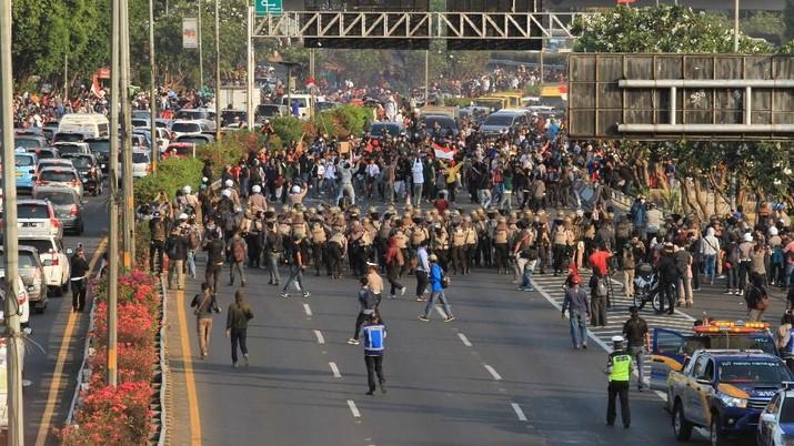 Pecah! Massa Ditembaki Gas Air Mata, Polisi Dihujani Batu