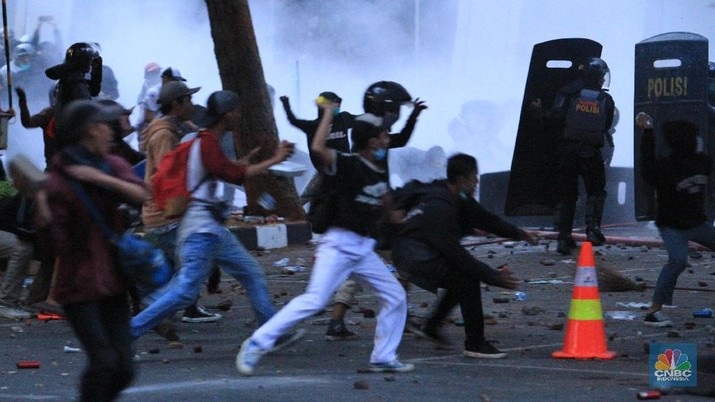 Demo 30 September Ricuh, Massa Lempari Batu ke Gedung BPK