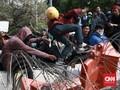 Massa Pelajar Rusak Kawat Berduri di Dekat Gedung DPR