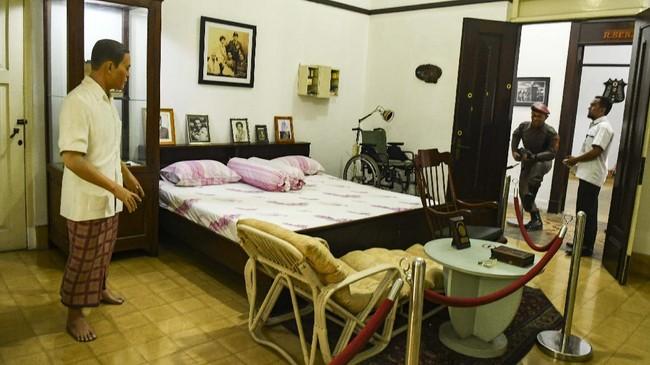 Museum ini adalah kediaman Jenderal Nasution yang ditempati bersama keluarganya sejak menjabat sebagai KSAD tahun 1949, hingga beliau wafat pada 6 September 2000.