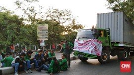 Mahasiswa Makassar Sempat Bajak 3 Truk untuk Blokir Jalan