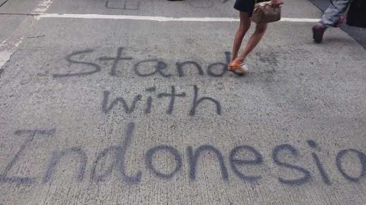 Berbagai kicauan dalam sosial media Twitter dengan tagar untuk menunjukkan solidaritas pendemo Hong Kong terhadap para pedemo di Indonesia.