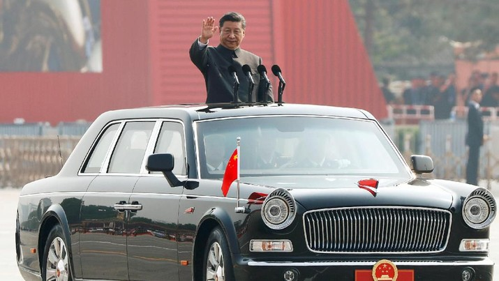 Chinese President Xi Jinping waves from a vehicle as he reviews the troops at a military parade marking the 70th founding anniversary of People's Republic of China, on its National Day in Beijing, China October 1, 2019.  REUTERS/Thomas Peter     TPX IMAGES OF THE DAY