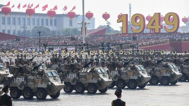 Republik Rakyat China memperingati hari jadi ke-70 pada Selasa (1/10). Mereka menggelar parade alutsista dan militer di Lapangan Tiananmen. (Photo by GREG BAKER / AFP)
