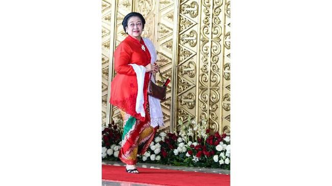 Ketua Umum Partai PDI Perjuangan Megawati Soekarnoputri memilih memakai kebaya klasik dengan tambahan selendang putih yang dipadukan dengan kain aneka warna. (ANTARA FOTO/Galih Pradipta)