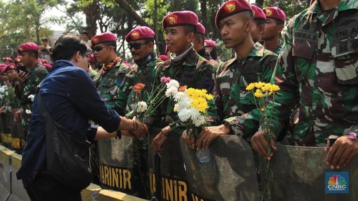 Begini Keakraban Mahasiswa dan Polisi-TNI Selepas Aksi Damai