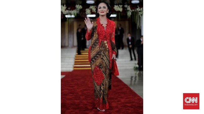 Anggota DPR periode 2019-2024 dari PDI Perjuangan, Krisdayanti memilih memakai kebaya klasik tempo dulu rancangan Anne Avantie. (CNN Indonesia/ Adhi Wicaksono)