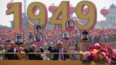 Parade ini juga diramaikan dengan penampilan 100 ribu warga sipil dengan berbagai latar belakang, mulai dari petani, guru, hingga dokter dan pelajar. (Photo by Greg BAKER / AFP)