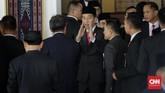 Presiden Joko Widodo berbincang dengan anggota DPR terpilih 2019-2024 di Ruang Rapat Paripurna, Kompleks Parlemen, Senayan, Jakarta. (CNN Indonesia/ Adhi Wicaksono)