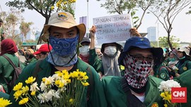 Gelar Aksi, Mahasiswa Bagikan Bunga untuk Polisi di Dekat DPR