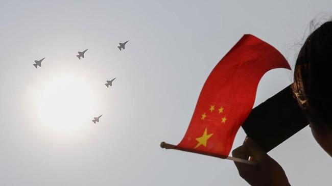 Parade kali ini akan menarik perhatian dunia karena China memamerkan alutsista mutakhir mereka, termasuk kemungkinan Dongfeng 41, rudal balistik yang dapat mencapai wilayah Amerika Serikat dalam waktu 30 menit. (AP Photo/Andy Wong)