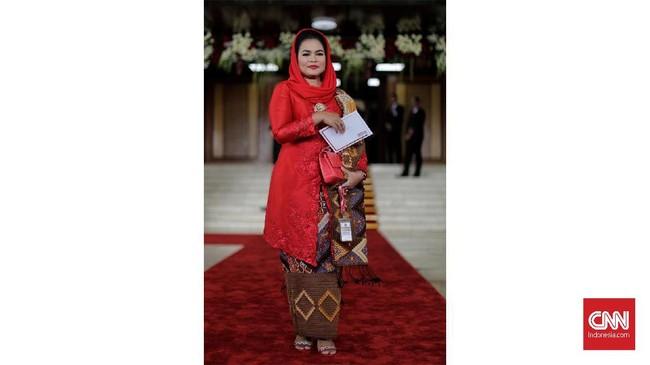 Senada dengan partai yang diusungnya, Anggota DPR periode 2019-2014 dari fraksi PDI Perjuangan, Puti Guntur Soekarno berkebaya merah dengan kain batik gelap dan kerudung merah (CNN Indonesia/ Adhi Wicaksono)