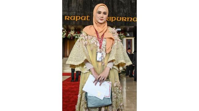 Sementara itu Mulan Jameela memilih memakai baju bernuansa baju bodo kreasi desainer Didiet Maulana (ANTARA FOTO/Galih Pradipta)