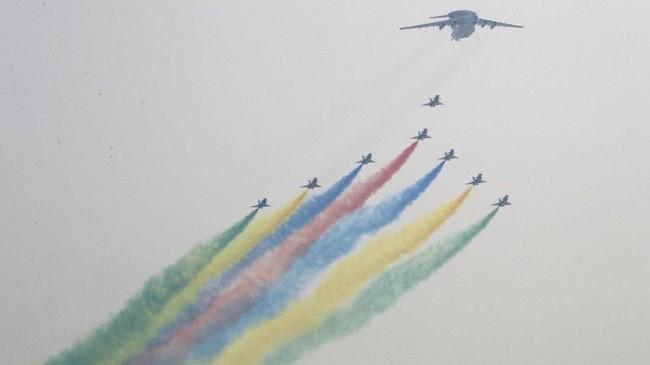 Kekuatan militer China juga menjelma menjadi salah satu yang terbesar dan terkuat. Mereka bahkan sudah membuat secara mandiri jet tempur mutakhir dan kapal perang. (AP Photo/Ng Han Guan)