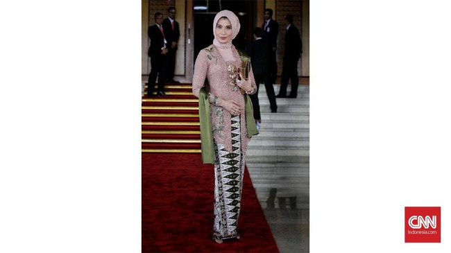 Anggota DPR periode 2019-2024 dari fraksi PKB, Arzeti Bilbina yang juga mantan model memilih kebaya modern dengan tambahan kain batik bertumpal dan kerudung.(CNN Indonesia/ Adhi Wicaksono)