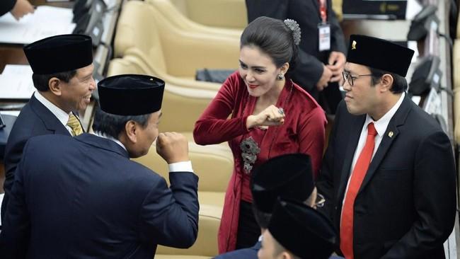 Anggota Dewan Perwakilan Rakyat (DPR) periode 2019-2024 Rieke Diah Pitaloka (kedua kanan) berbincang dengan sejawatnya usai pelantikan di Ruang Rapat Paripurna, Kompleks Parlemen, Senayan, Jakarta, Selasa (1/10). (ANTARA FOTO/M Risyal Hidayat/pd).