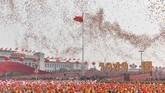 Dalam kurun waktu 70 tahun, China tumbuh menjadi negara makmur dan disegani dunia. Mereka bahkan menempati urutan kedua negara dengan perekonomian terbesar secara global. (Photo by GREG BAKER / AFP)