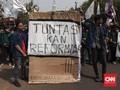 Mahasiswa Gelar Aksi Teatrikal Pemakaman KPK di DPR