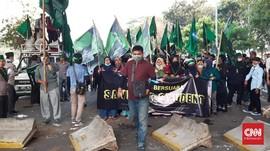Massa Robohkan Pembatas Jalan di Senayan